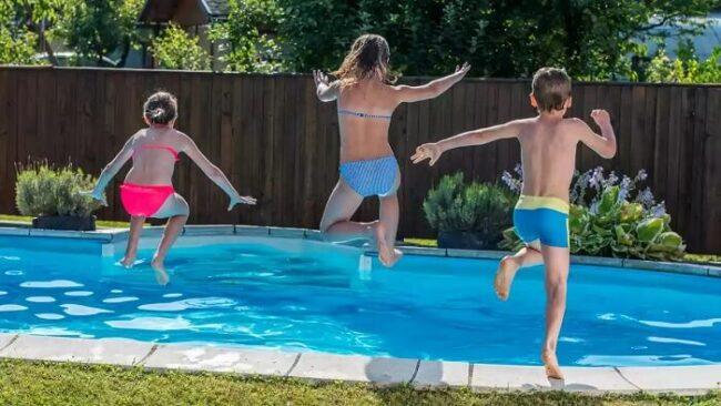 Kinder springen ins Becken